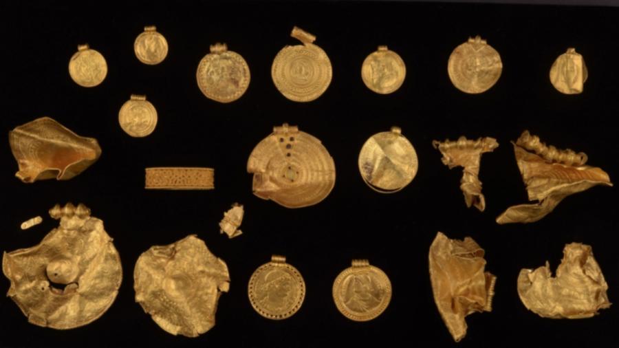 As peças de ouro, incluindo medalhões do tamanho de um pires, permaneceram enterrados por 1.500 anos - Reprodução/VejleMuseeerne