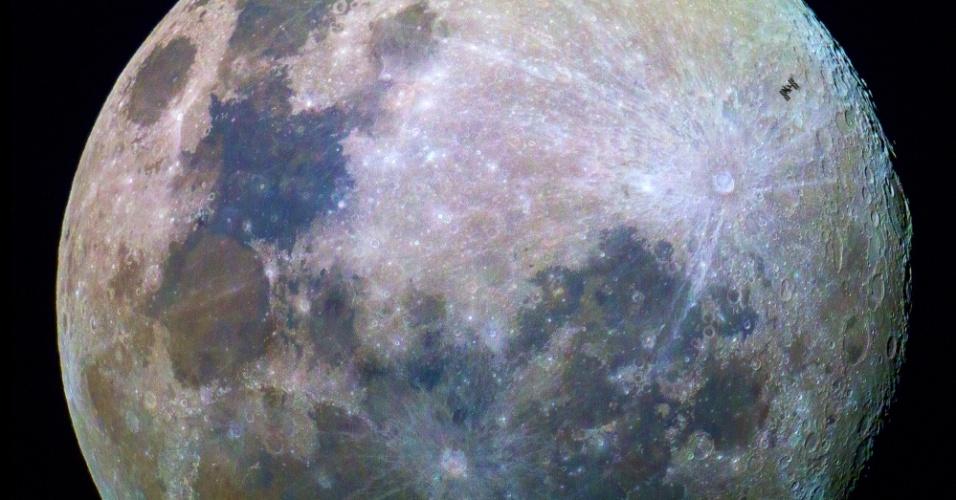 7.jul.2015 - O fotógrafo amador Dylan O'Donnell  registrou uma imagem da Estação Espacial Internacional (ISS, na sigla em inglês) próxima da Lua, isto é a mais de 28 mil km de distância. Dylan fez a foto da cidade australiana de Byron Bay, onde a ausência de cidades maiores oferece baixos níveis de poluição luminosa, o que possibilitou a visualização do laboratório espacial por três segundos. A imagem foi feita em 30 de junho de 2015, quando a estação espacial estava a uma distância de 400 km acima do oceano Pacífico