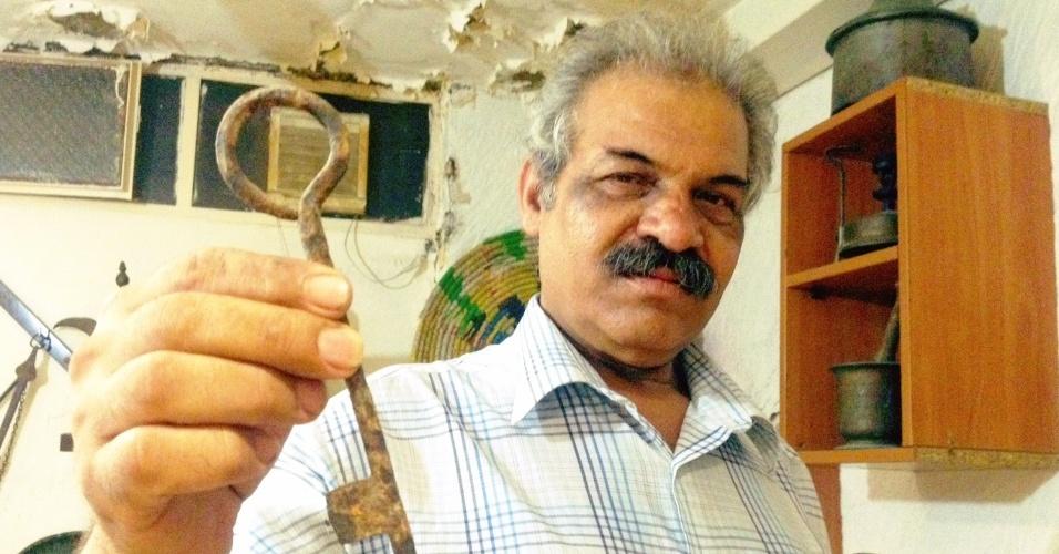 Morador de Chatila, no Líbano, mostra chave de casa que existiu no que é hoje Israel