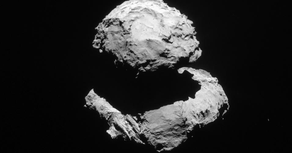 6.ago.2015 - Durante o mês de março de 2015, a sonda Rosetta viajou entre cerca de 70 km e 85 km de distância do cometa 67P / Churyumov-Gerasimenko. Esta imagem foi registrada em 20 de março, a uma distância de 83,7 km. Graças à mudança gradual na iluminação enquanto o cometa progredia em direção ao Sol, as regiões anteriormente sombrias começaram a ser visíveis. Em 6 de agosto de 2014, a Rosetta iniciou observações detalhadas, incluindo o mapeamento da superfície do núcleo em busca de um local de pouso adequado para sonda Philae