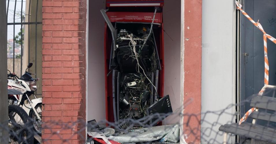 26.ago.2015 - Uma policial militar foi baleada na cabeça por durante uma tentativa de assalto próximo à Ceagesp (central de abastecimento), na região da Vila Leopoldina, zona oeste de São Paulo, na madrugada desta quarta- feira (26). Ela foi atingida por um tiro de fuzil e está internada em estado grave