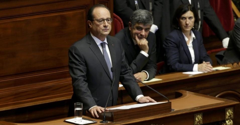 """16.nov.2015 - O presidente da França, François Hollande, fala ao Parlamento francês, no palácio de Versalhes. O presidente afirmou que """"a França está em guerra"""" e que os atos cometidos em Paris """"são atos de guerra contra nossa juventude, contra nosso estilo de vida"""". Hollande ressalvou que o país não está """"em uma guerra de civilizações, pois estes assassinos não representam nenhuma"""""""