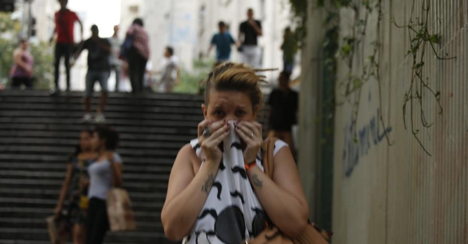 8.jan.2016 - Mulher cobre o nariz durante confusão em ato contra o aumento do valor da tarifa do transporte público de São Paulo, no centro de São Paulo. Neste sábado (9), tarifa passa de R$ 3,50 para R$ 3,80