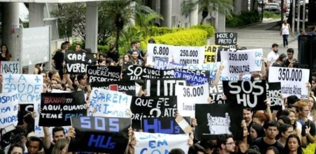 Manifestantes protestam diante do Hospital Universitário Clementino Fraga Filho