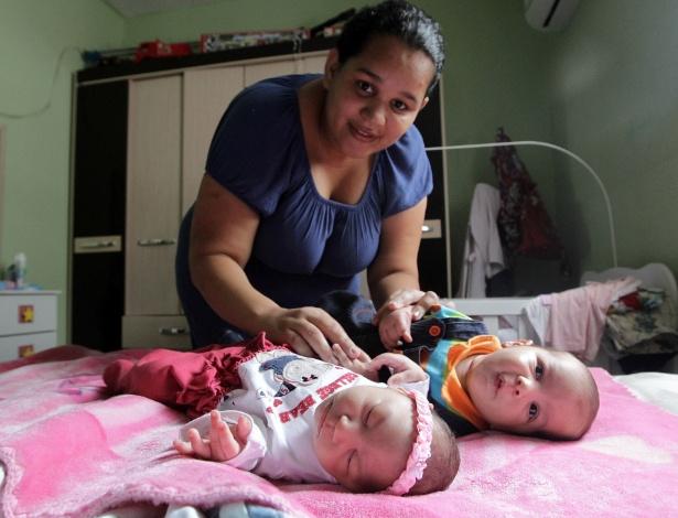 Jaqueline Jessica Silva de Oliveira com seus filhos gêmeos Lucas e Laura. A menina nasceu com microcefalia e o menino não