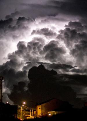 Tempestade com raios assusta a Vila Medeiros, na zona norte de São Paulo