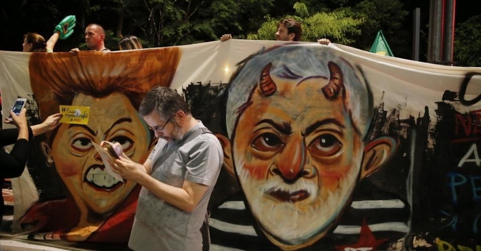 16.mar.2016 - Manifestantes levam bandeiras para o protesto na avenida Paulista, em São Paulo, contra a nomeação do ex-presidente Luiz Inácio Lula da Silva como ministro da Casa Civil e a favor da renúncia da presidente Dilma Rousseff