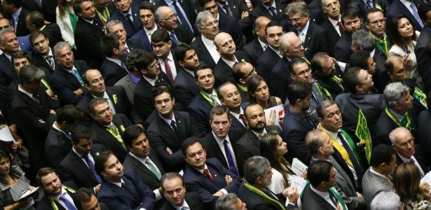 Deputados aguardando para votar pela autorização ou não da abertura do processo de impeachment, na Câmara dos Deputados, em Brasília