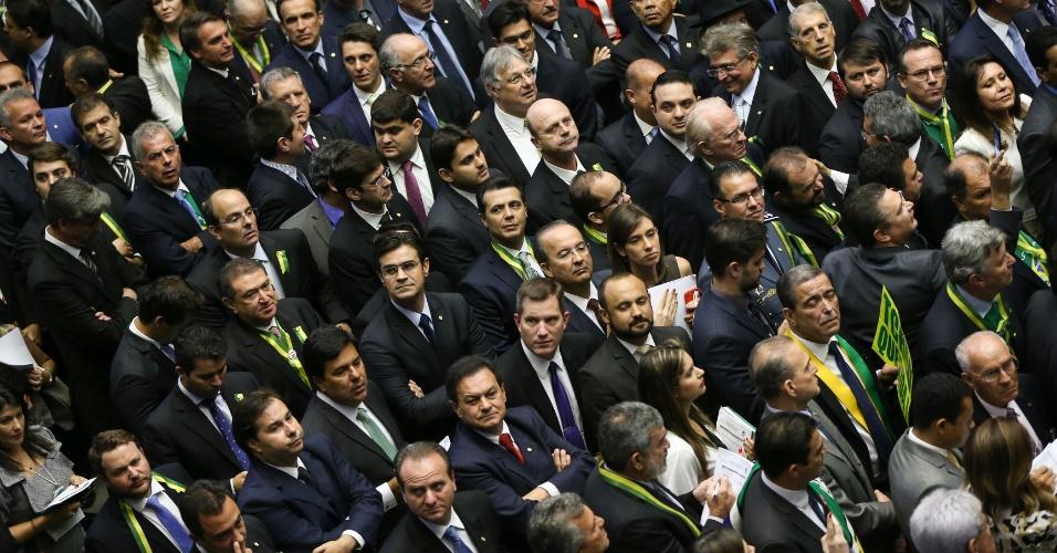 17.abr.2016 - Deputados aguardam para votar pela autorização ou não da abertura do processo de impeachment da presidente Dilma Rousseff, no plenário da Câmara. Os votos começaram pelo Estado de Roraima
