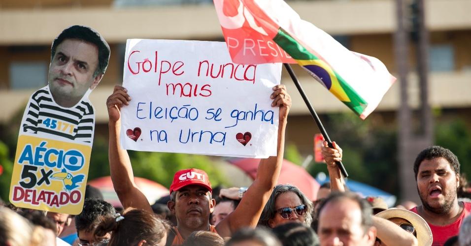 17.abr.2016 - Manifestante ergue cartaz durante ato contra o impeachment da presidente Dilma Rousseff fazem ato na praça da Estação, em Belo Horizonte