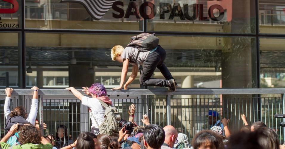 28.abr.2016 - Estudantes secundaristas pulam o portão do Centro Paula Souza, na região central de São Paulo, nesta quinta-feira. Eles protestam contra os cortes de verbas na educação, o fechamento de salas de aula e pela punição dos envolvidos nos desvios da merenda na rede estadual de SP