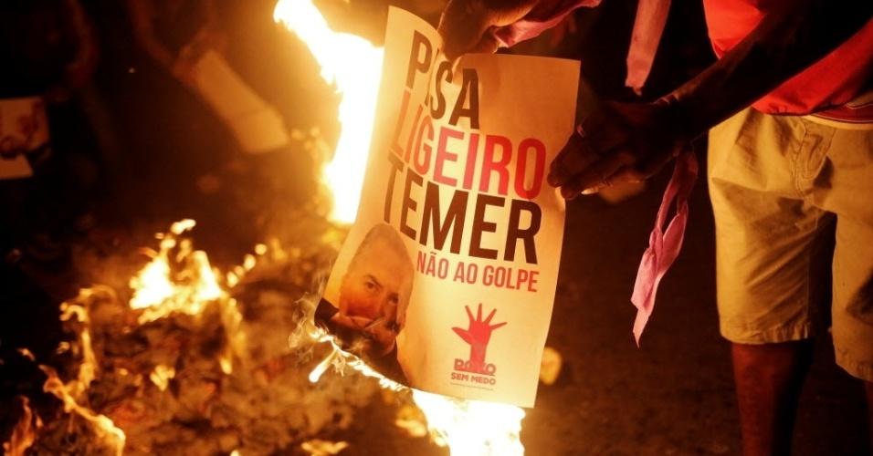 15.mai.2016 - Membros do MTST (Movimento dos Trabalhadores Sem Teto) queimam cartaz com a imagem do presidente interino Michel Temer (PMDB) durante protesto na avenida Paulista, em São Paulo (SP). O movimento apoia a presidente afastada Dilma Rousseff