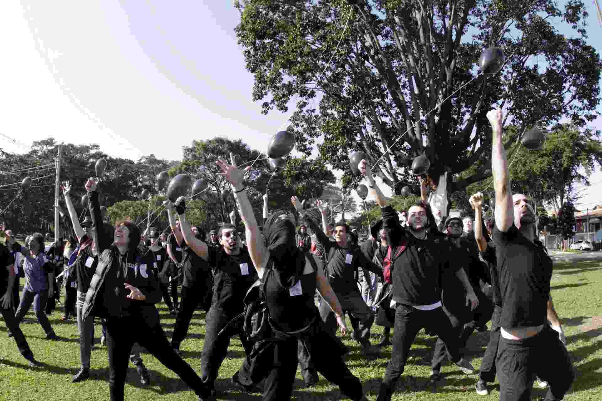 """22.jun.2016 - Um grupo formado por estudantes, professores e funcionários da Unicamp (Universidade Estadual de Campinas) realiza ato dentro do campus da universidade, nesta quarta-feira (22), em Campinas (SP). Vestidos de preto, manifestantes fizeram um """"cortejo fúnebre"""" no local. Eles protestam em defesa da universidade pública e pedem também o aumento do repasse de verbas para a Unicamp - Denny Cesare/Estadão Conteúdo"""