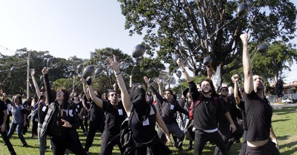 """22.jun.2016 - Um grupo formado por estudantes, professores e funcionários da Unicamp (Universidade Estadual de Campinas) realiza ato dentro do campus da universidade, nesta quarta-feira (22), em Campinas (SP). Vestidos de preto, manifestantes fizeram um """"cortejo fúnebre"""" no local. Eles protestam em defesa da universidade pública e pedem também o aumento do repasse de verbas para a Unicamp"""