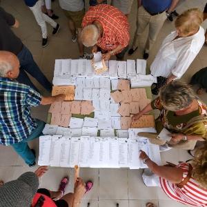 Cédulas de votação são recolhidas em seção eleitoral em Moncloa-Aravaca, em Madri, na Espanha