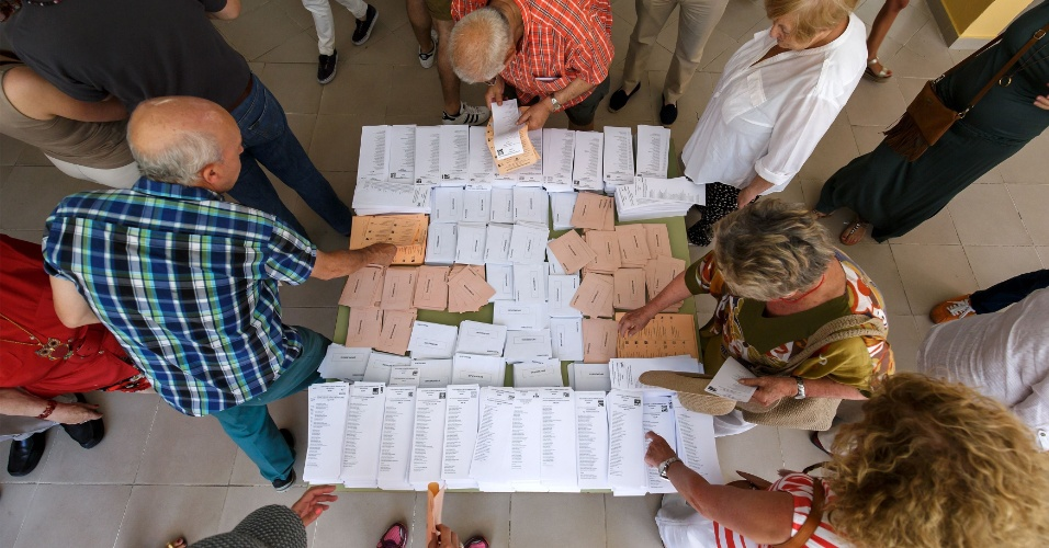 26.jun.2016 - Cédulas de votação são recolhidas em seção eleitoral em Moncloa-Aravaca, em Madri, na Espanha