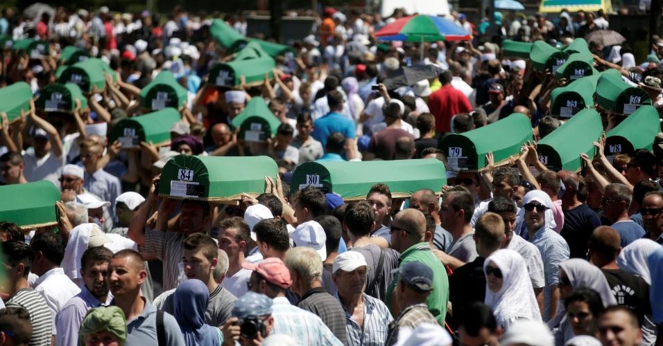 11.jul.2016 - Multidão de muçulmanos carrega caixões de parentes em Potocari, na Bósnia, em grande funeral. As vítimas são pessoas mortas no massacre de 1995 em Srebrenica e que foram identificadas apenas agora. Até 8.373 bósnios muçulmanos morreram no genocídio