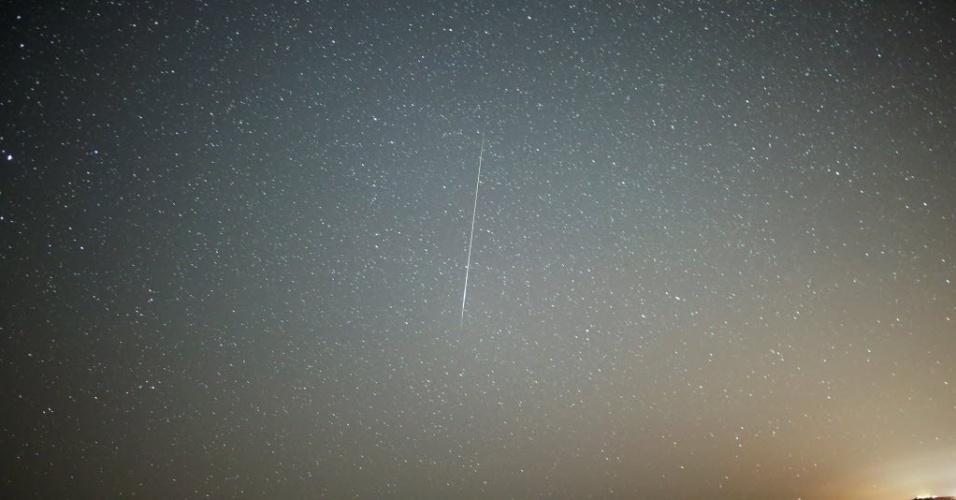 12.ago.2016 - Um meteoro atravessa o céu no início da manhã durante a chuva de meteoros Perseidas em Mitzpe Ramon, Israel