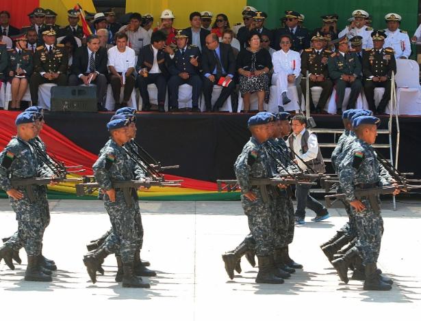 Soldados bolivianos participam da inauguração de escola militar em Warnes, próximo a Santa Cruz