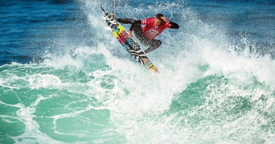 30.set.2016 - Surfista australiano Jack Freestone voa durante o Campeonato de Surf Billabong Pro Cascais, em Portugal