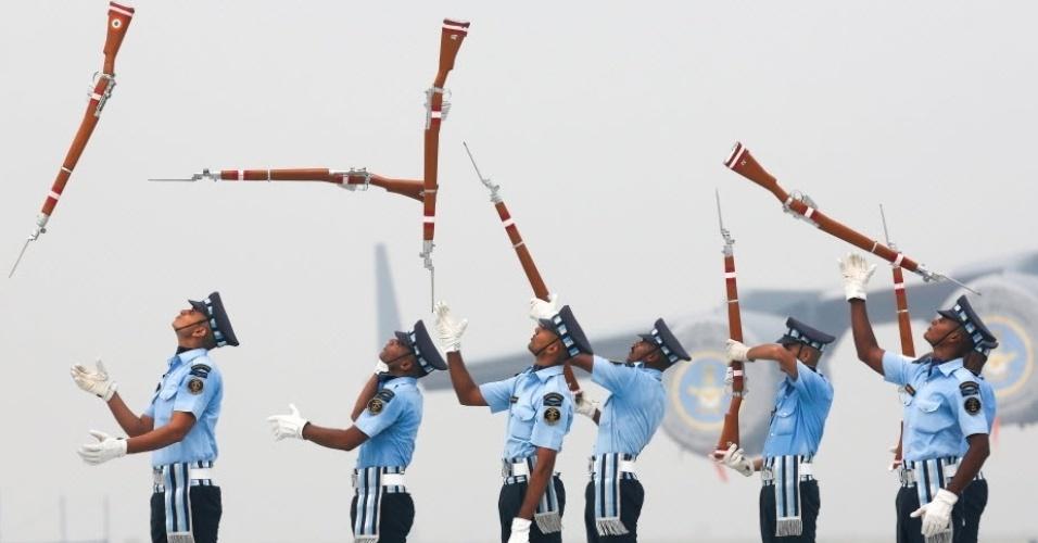 6.out.2016 - Soldados indianos lançam rifles ao ar durante marcha na base aéra de Hindon, próximo a Nova Déli