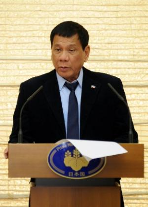O presidente das Filipinas, Rodrigo Duterte, faz discurso após encontro com o premiê do Japão, Shinzo Abe, em Tóquio - /David Mareuil/Reuters