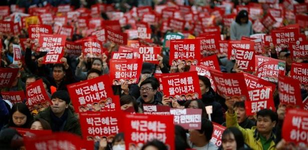 Sul-coreanos saíram neste sábado (19) às ruas de Seul, pelo quarto sábado consecutivo