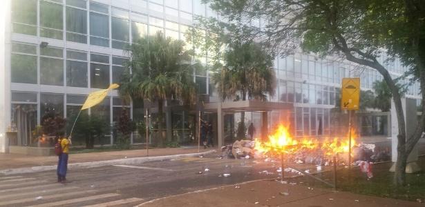 29.nov.2016 - Manifestantes atearam fogo a sacos de lixo em frente ao Ministério da Educação durante protesto contra a PEC do Teto de Gastos