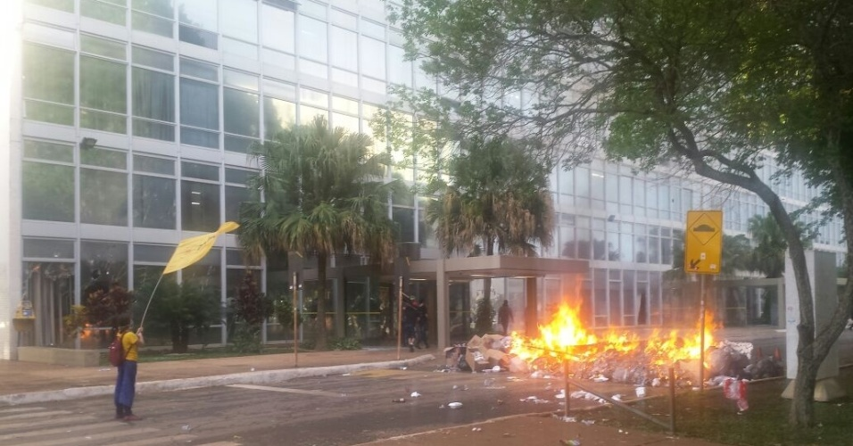 29.nov.2016 - Manifestantes atearam fogo a sacos de lixo em frente ao Ministério da Educação durante protesto contra a PEC do Teto de Gastos em Brasília. Ao menos quatro jovens foram vistos pela reportagem quebrando as vidraças da entrada do prédio