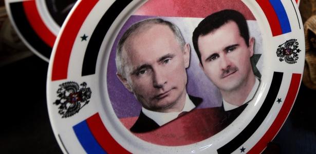 Uma aliança entre homens fortes de regimes autoritários, Vladimir Putin, da Rússia, e Bashar Assad, da Síria, é imortalizada em um prato de porcelana em uma loja de artesanato de Damasco.