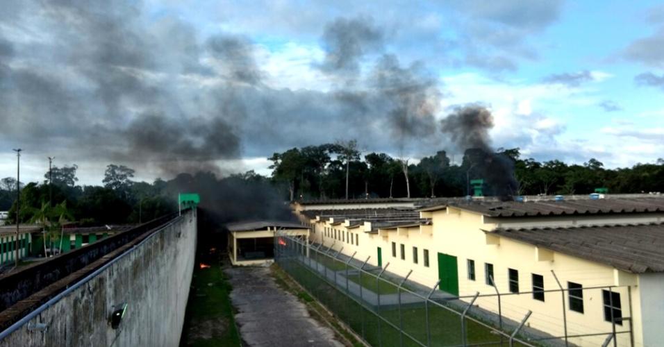 2.jan.2017 - O Compaj (Complexo Penitenciário Anísio Jobim) em Manaus ficou sob fumaça durante a rebelião de 17 horas