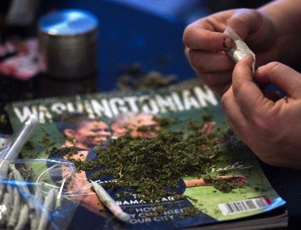 Membro da DC Marijuana Coalition enrola cigarros de maconha em Washington