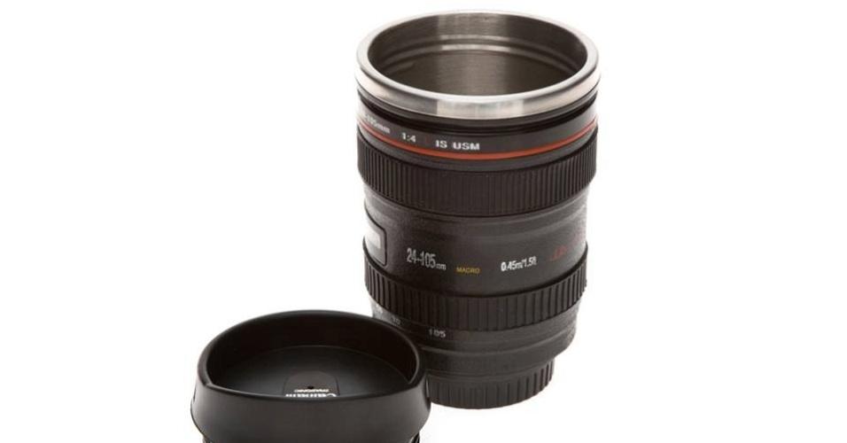 Caneca em formato de lente de uma câmera fotográfica, vendida pela marca Crazy4Cups, da empresa Pillowtex