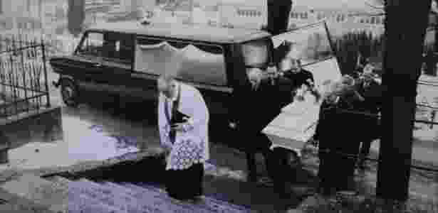 O funeral teve a presença de membros da polícia no cemitério de Mollendal  - Arquivo do Estado de Bergen - Arquivo do Estado de Bergen