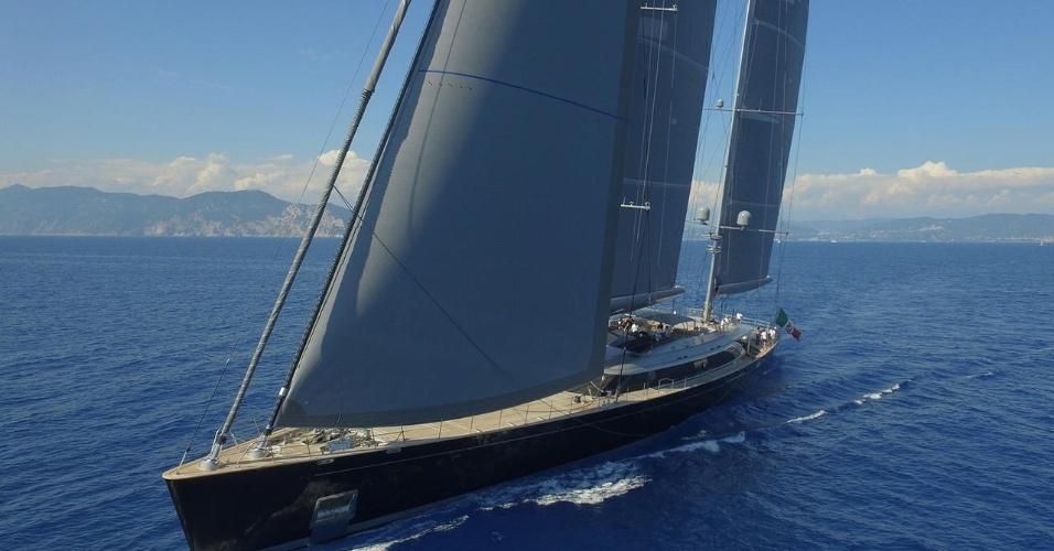 """O Sybaris ganhou o prêmio de iate a velas do ano no """"The World Superyacht Awards 2017"""". Ele tem 70 metros de comprimento e acomoda 12 pessoas em seis cabines, além de 12 membros da tripulação"""