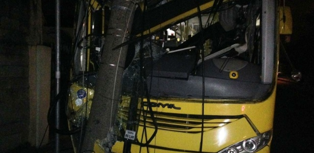 Ônibus furtado por mulher em Jundiaí só parou bateu violentamente contra um poste