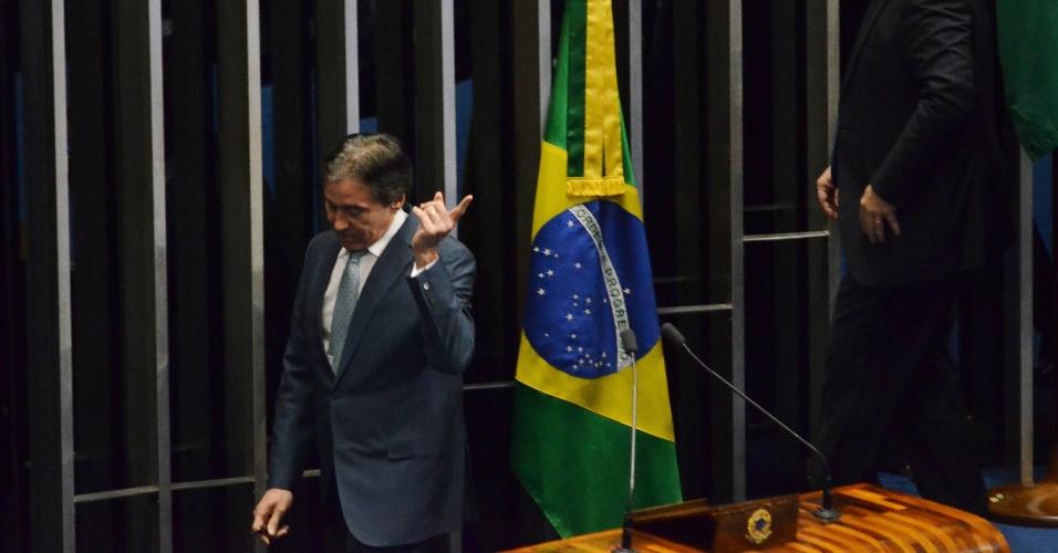 11.jul.2017 - Presidente do Senado, Eunício Oliveira (PMDB-CE), deixa a mesa do plenário contrariado após senadoras da oposição terem ocupado local