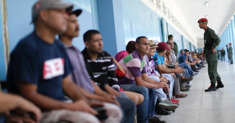 30.jul.2017 - Soldados ficam de guarda enquanto venezuelanos esperam para votar