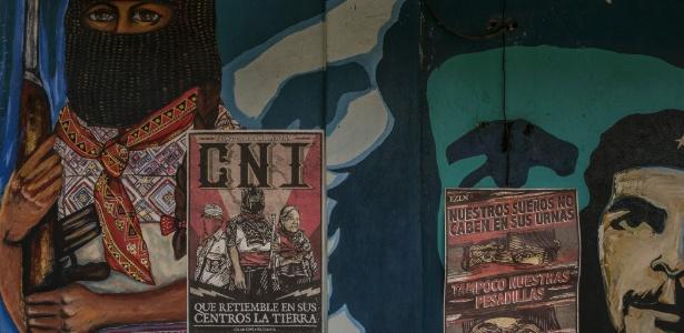 Cartazes zapatistas em um mural com a imagem de Che Guevara, em Oventik, um enclave zapatista no México