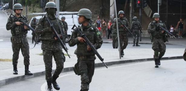 Soldados deixam a Rocinha, na zona sul do Rio, após uma semana na comunidade