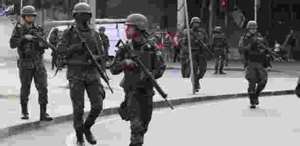 29.set.2017 - Soldados deixam a Rocinha após uma semana de cerco à comunidade - Jose Lucena/Futura Press/Estadão Conteúdo