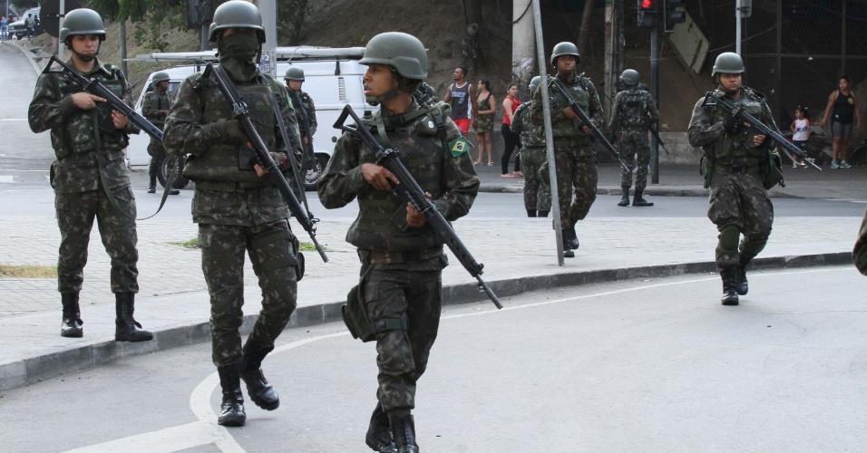 29.set.2017 - Soldados deixam a Rocinha, zona sul do Rio de Janeiro, após uma semana na comunidade, em meio a uma guerra entre facções rivais. O último grupo de militares do Exército deixou a Rocinha às 7h30