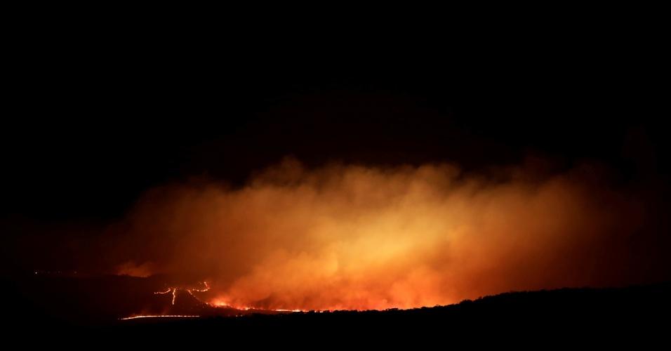 25.out.2017 - Incêndio em floresta da Chapada dos Veadeiros é visto durante a noite em Alto Paraíso (GO). Um dos focos do incêndio está nas áreas posteriores àquelas onde o aceiro (barreira para contenção do fogo) já havia sido feito, e teria começado entre as 10 horas e as 15 horas, facilitando a propagação. Isso indica que o fogo teria sido provocado de forma criminosa