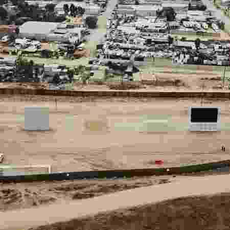 Protótipos para o muro de fronteira que o presidente Donald Trump prometeu erguer na fronteira sul dos EUA - NYT