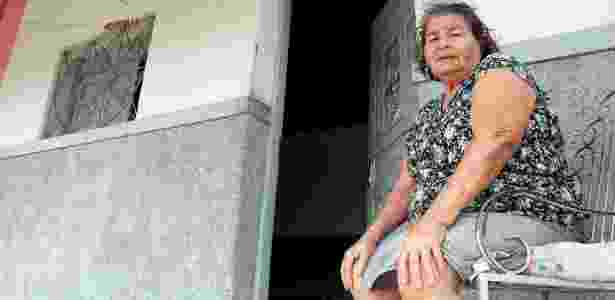 """A aposentada Maria das Dores Nascimento reclama: """"Dos meus 78 anos de vida, 60 foram pagando aluguel"""" - Francisco França/UOL"""