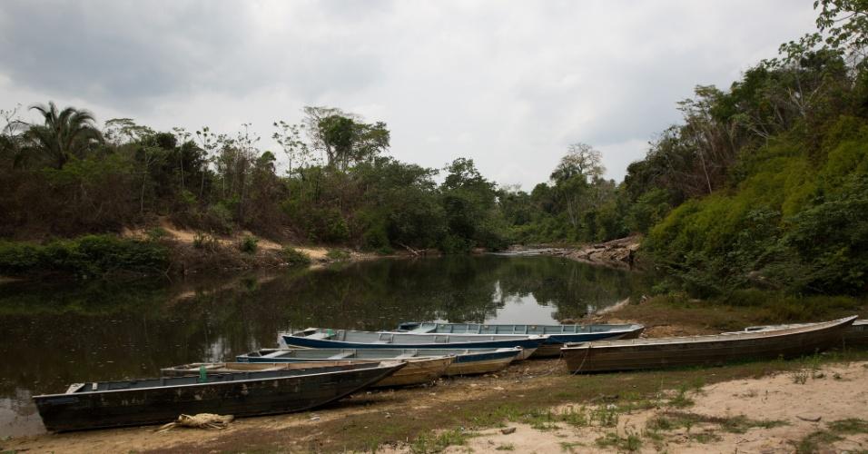 1º.dez.2017 - Embarcações dos indígenas paradas no rio Cateté