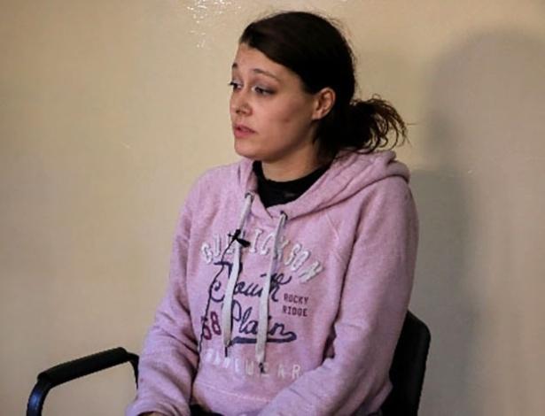 Imagem divulgada pelo exército curdo na Síria mostra a francesa Emilie Konig, 33, que é mantida presa em local não revelado após ter sido presa por lutar com o Estado Islâmico