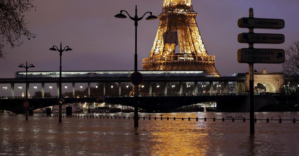 23.jan.2018 - Margem do rio Sena inunda em Paris, França, após fortes chuvas