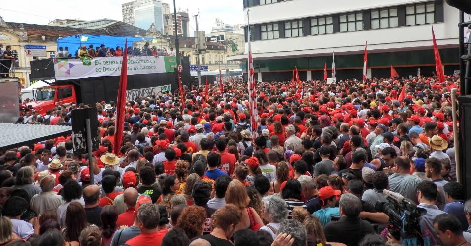 24.jan.2018 - Manifestantes favoráveis a Luiz Inácio Lula da Silva (PT) se reúnem na Esquina Democrática, em Porto Alegre, e se mobilizam para acompanhar o julgamento do recurso do ex-presidente no TRF-4 (Tribunal Regional Federal da 4ª Região)