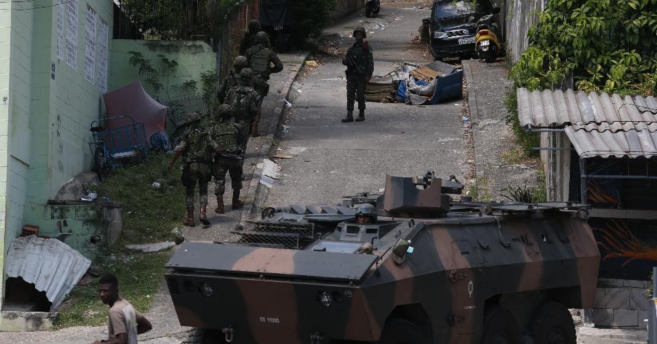 27.mar.2018 - As Forças Armadas realizam nesta terça-feira (27) uma operação de grandes proporções em favelas do Complexo do Lins de Vasconcelos, na zona norte do Rio. Esta é a maior ação armada em número de militares envolvidos --ao todo são 3.400-- realizada desde o início da intervenção no Estado